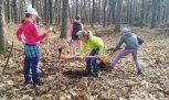 Děti pomáhaly svýsadbami stromků.