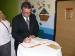 Otevření přístavby ZŠ Charlotty Masarykové 28 - podpis do pamětní knihy