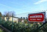 """foto uliční cedule """"Nikodémova"""" ve Velké Chuchli"""