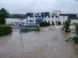 Voda vtrhla na hřiště Čechoslovanu ... foto: Jan Zágler