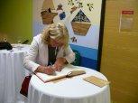Otevření přístavby ZŠ Charlotty Masarykové 27 - podpis do pamětní knihy
