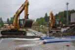 Při budování kanálu bylo třeba rozbíjet betonové dlaždice ... foto: Pavel Kováč