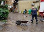 Dobrovolní hasiči odstraňují následky rozvoděného Libeřského potoka ... foto: Jan Zágler