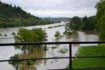 """Zdvyhající se hladina začala zaplavovat branickou louku - pohled z mostu """"inteligence"""" ... foto: P"""