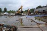 Aby mohla voda odtékat, bylo třeba skrze plechové budovy a přilehlý pozemek, vyhloubit odtokový kaná