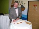 Otevření přístavby ZŠ Charlotty Masarykové 26 - podpis do pamětní knihy